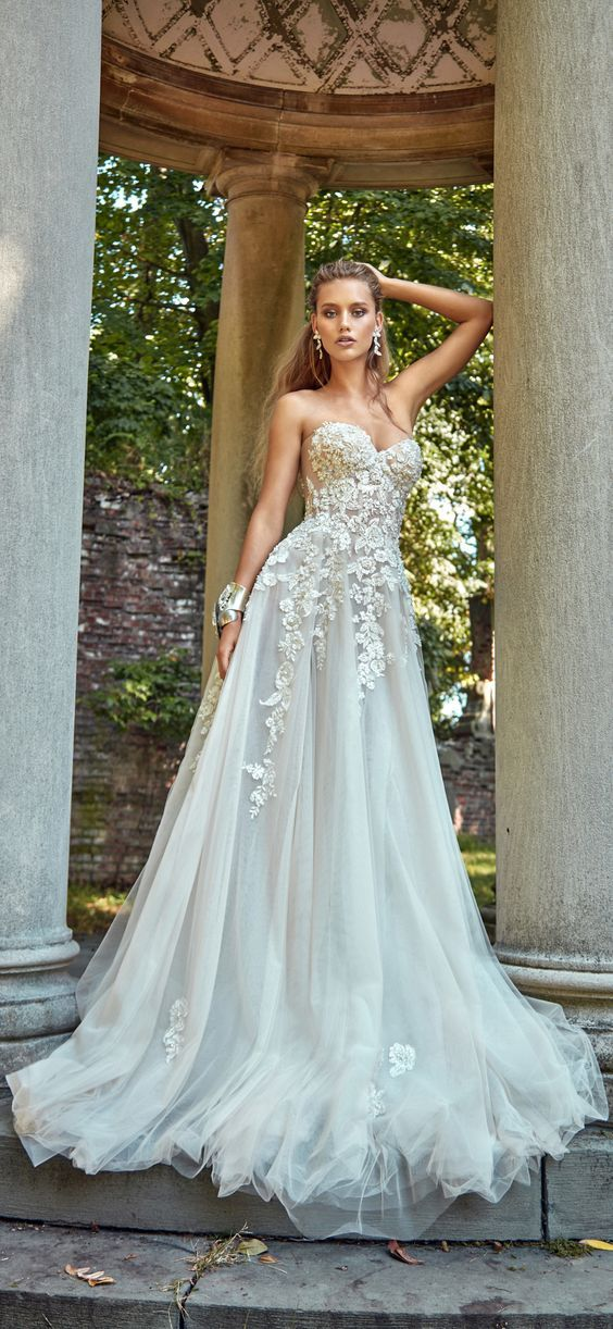 Le Secret Royal Part II brings royalty to wedding inspiration, lights up your desire for a romantic wedding, with flower appliqués and and intricate embroidery designs. A wedding gown made with love by Galia Lahav.