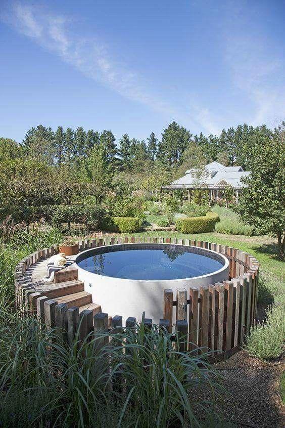 Característica de madeira da piscina acima do solo   – Draußen