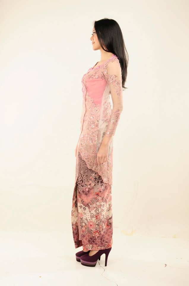 Kebaya berpayet dengan model asimetris dilengkapin dengan bustier bertali sehingga bisa disesuaikan dengan postur tubuh.