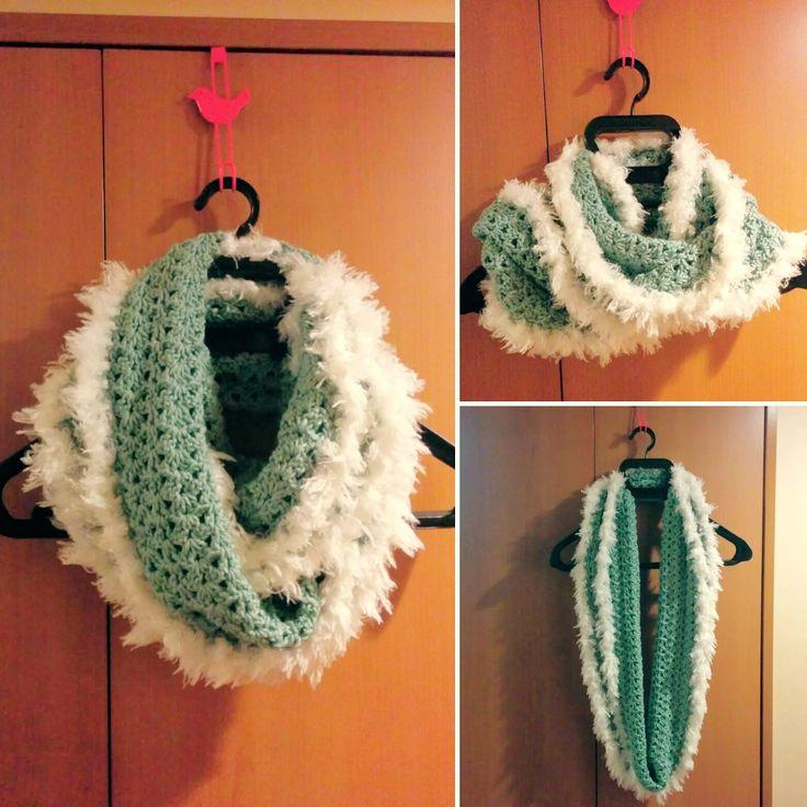 かぎ針で編む模様編みとふわふわのファーヤーンを使ったスヌードの編み方と編み図を写真付きで紹介しているページです。