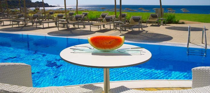 La Piscine Pool Bar - refill your batteries with a frosty cocktail, a fresh juice or smoothie or any alcoholic beverage of your choice so that you can quickly continue with the fun