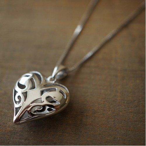 Island Gifts – The Vampire… http://www.123bazar.fr/produit/island-gifts-the-vampire-diaries-la-originals-caroline-collier-coeur-forbes/