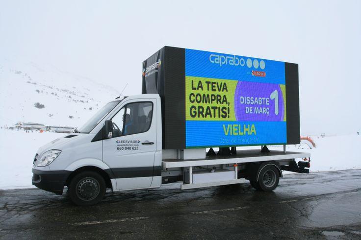 Camión con doble pantalla de leds.  Alquiler de pantallas de leds.  www.ledsvisor.com
