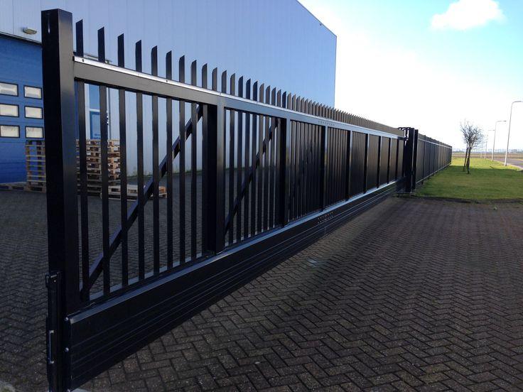ABC Hekwerk Noord West handbediende aluminium schuifpoort van 13 meter doorgang, type Ambassador, gecoat in het zwart.
