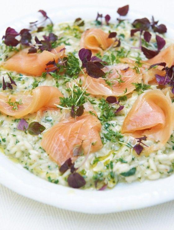 Kräuter-Risotto: Ein italienisches Hauptgericht zum Niederknien - cremiger Reis mit vielen Kräutern und zartem Lachs.