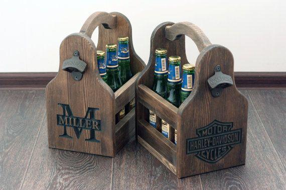 Sur support en bois 6-pack bière avec ouvre bouteille pour 12 bouteilles de oz. Ce serait un cadeau grand garçons d'honneur ou cadeau de fête des pères, parfait pour transporter ou présenter votre bière préférée, la soude ou la maison de brassage. Bacs de bière sont de grands cadeaux pour tout amateur de bière. La poignée courbe laisse place à votre main effacer les bouteilles quand porté. Il a un ouvre bouteille fixé sur le côté si vous jamais sans un ouvre-bouteille. Fait de pin massif…