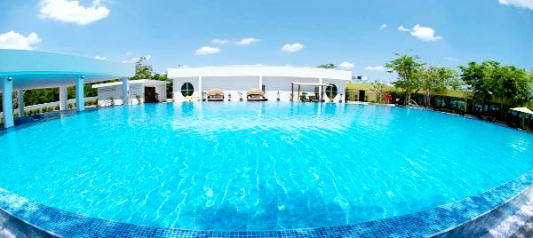 How about spending the morning in this beautifully spacious outdoor swimming pool surrounded by green environment? #luxurt #resort