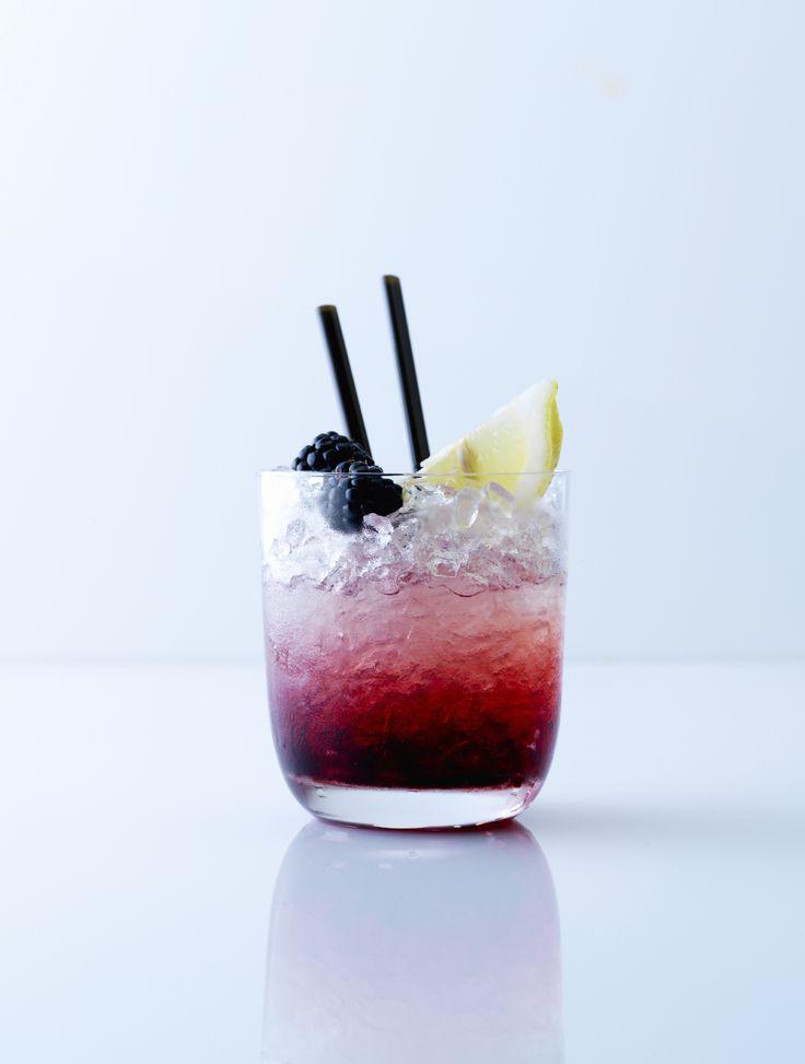 Bramble Ihr braucht (für 1 Glas):  5 Brombeeren 5 cl Gin 2 cl Zitronensaft, frisch gepresst 1 cl Zuckersirup 1 Strohhalm Eiswürfel 1 Scheibe Zitrone & 2 Brombeeren für die Deko