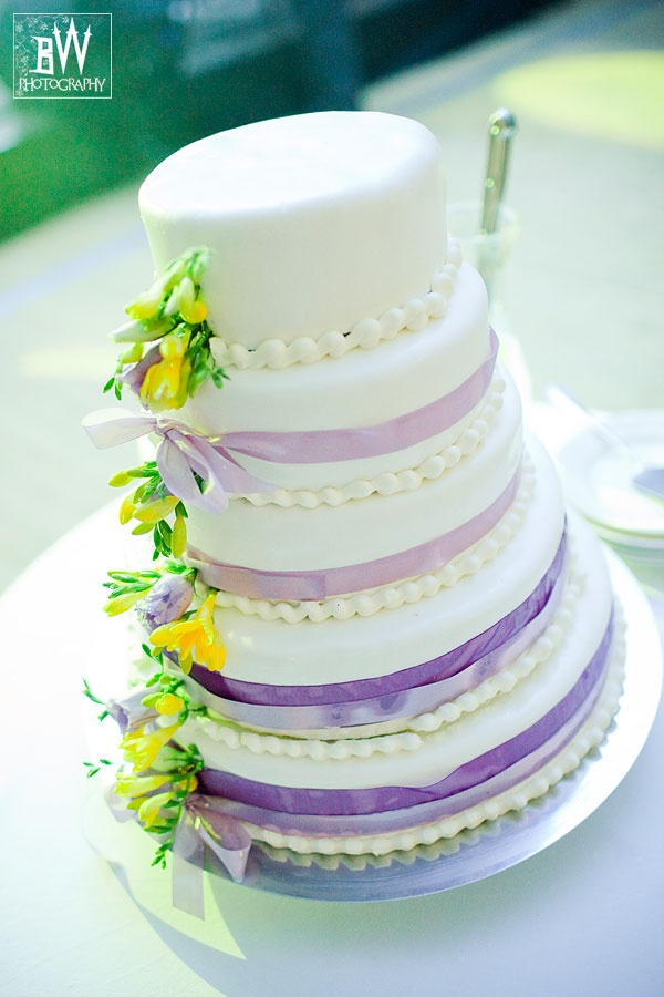 biały piętrowy tort
