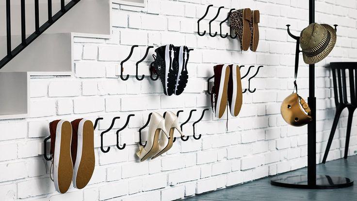 Schoenen opbergen: haken zijn de uitkomst | IKEA IKEAnl IKEAnederland wooninspiratie inspiratie interieur wooninterieur schoenen opbergen opberger ophangen hangen SVARTSJÖN KARTOTEK haak haken grijs zwart HEMNES kapstok zwart jassen gang opgeruimd creatief opruimen