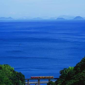 瀬戸内海を独り占めした気分。【伊予灘ものがたり】は愛媛の美しい海のそばをゆっくりと走って行きます。