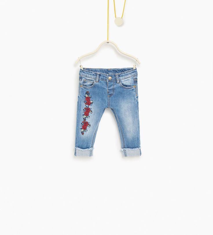 Jeans met geborduurde bloemen
