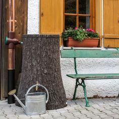 Bei der Regentonne Little Tree mit 250 L Fassungsvolumen wurde besonderes Augenmerk auf die natürliche Formgebung und Oberflächenbeschaffenheit gelegt. #regentonne #regentonnenshop www.regentonnenshop.de
