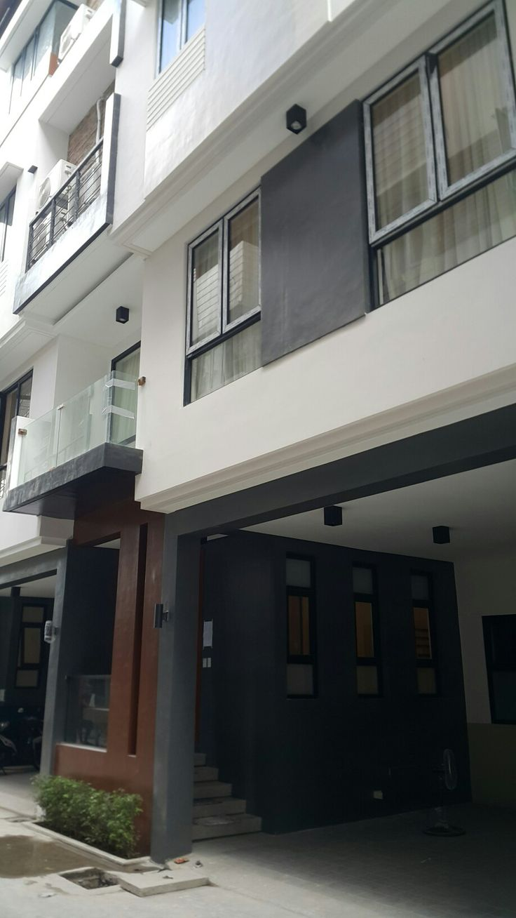 This new manila townhouse is about to welcome its new owners. Less than 1.0km away from St. Lukes Hospital QC. Walking distance(75meters) from Golds gym, Starbucks, BPI, BDO, 200 meters away from tomas morato. 900 meters away from ABS CBN main office. 4 bedrooms all ensuite. 2 car park and 1 maids quater. 4 units left. Reserve now. #tomasmorato #newmanila #townhouse #hemady #gilmore #ayalawoodside #timog #realestateconnoisseur