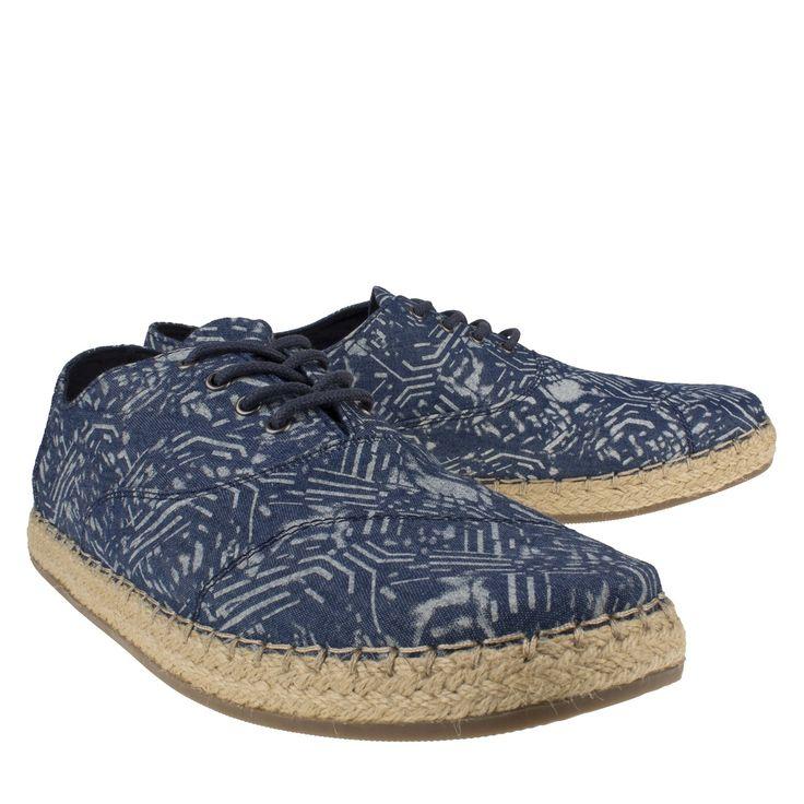 Toms 10007957 blauw espadrille veter  Espadrille van het merk Toms model 10007957 blue. Deze blauwe schoenen zijn gemaakt van textiel en zijn voorzien van een mooi geweven batik motief. Deze trendy herenschoenen zijn voorzien een vetersluiting wat zorgt voor een perfecte aansluiting van de voet en hebben een binnenvoering van textiel. Deze espadrille met vetersluiting heeft een zool bekleed met jute wat een ambachtelijke uitstraling geeft. Deze musthaves zijn perfect voor tijdens de…