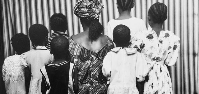 """""""Amor peligroso"""" fue una obra de juventud que después él mismo retomó. Además de contarnos una hermosa historia de amor, nos narra la búsqueda de un artista por explicarse a si mismo y lo que le rodea en un entorno muy duro, donde el arte puede ser la única salida ...https://literafrica.wordpress.com/2015/03/07/amor-peligroso-ben-okri/"""