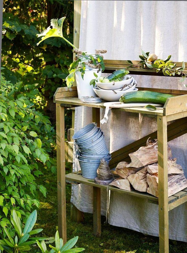 Lag gjødsel av nesler: Ha friske nesler i en bøtte med vann. Rør rundt av og til. Sil av neslene og spe ut vannet til det ser ut som sterk te. Gir en mild næringsoppløsning. En arbeidsbenk er praktisk både til dette, og når du skal potte om planter, eller rense grønnsakene du har dyrket, kr 599, Plantasjen. Trefjøl fra HK Living, kr 126, Kjøkkenverket.