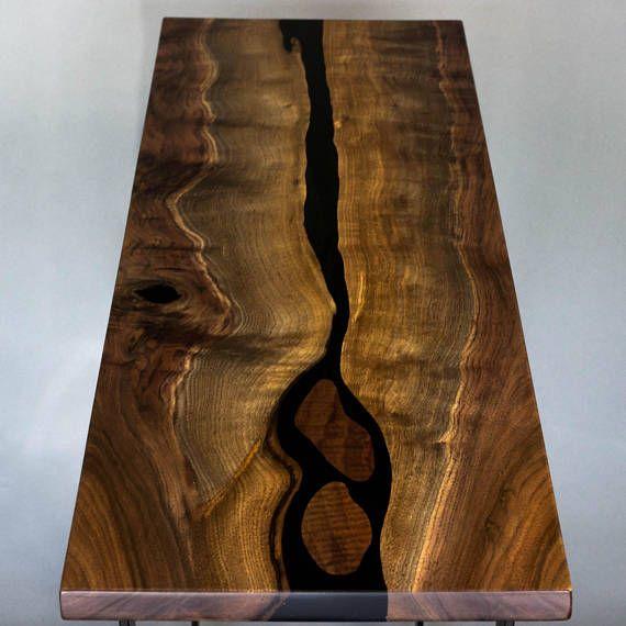 Esta tabla de río fue hecho para un cliente a sus especificaciones exactas. Por favor, sigue leyendo y sienta libre de entrarnos en contacto con a estructura de encargo una entrada similar, café, comedor, conferencias o cualquier otra tabla que puedas imaginar! Esta tabla fue origen, diseñada y construida íntegramente en nuestro estudio de Portland, Oregon. Se construye de nogal Oregon y una resina de epoxy negro llamativo river por la mitad. El río se forma naturales edge vivo de la nuez…