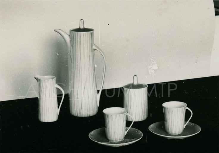 """""""Krokus"""" na ekspozycji w trakcie XXXI Międzynarodowych Targów Poznańskich 1962 r """"Krokus"""" coffee set, here at display during XXXIst Poznan World Fair in 1962."""