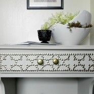 nailhead nightstand: Decor Hacks, Side Tables, Nailhead Design, Nailhead Side, Nailhead Tables, Tables Makeovers, Bedrooms Ideas, Diy Projects, Con Chincheta