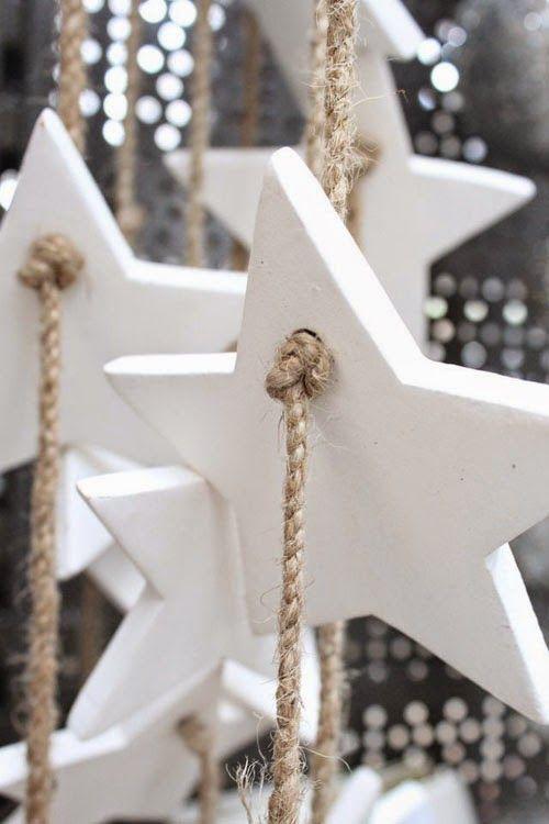 Fehér só-liszt gyurmából, vagy szódikarbónás gyurmából készített csillagok natúr spárgára fűzve.