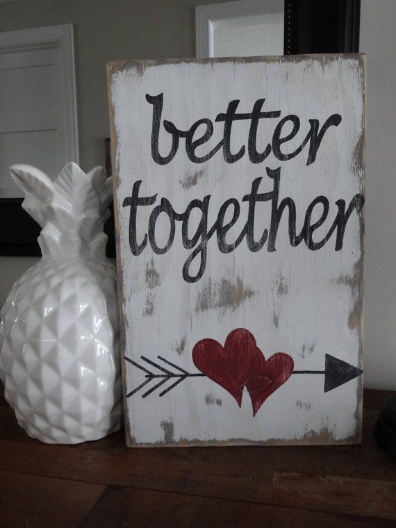 Besser zusammen Valentinstag Zeichen. Dieses Valentine-Zeichen wäre ein tolles Geschenk für den, den Sie am Valentinstag oder an jedem Tag des Jahres lieben. Dieses Holzschild ist 10 Zoll breit und 15 1/2 Zoll groß. Das gesamte Schild ist auf der Vorder – und Rückseite mit einem weißen Anstrich auf der Rückseite befleckt