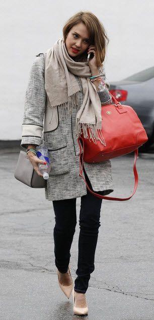 Jessica Alba ziet er altijd tiptop uit. Ga voor haar look met een donkere skinny jeans, een paar kitten heels, een sjaal met franjes en een grote rode tas.