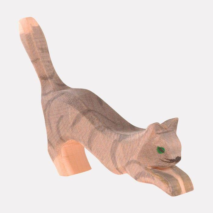 Handbemalte Holz-Spielfigur aus massivem, einheimischem Holz    Wo Menschen leben, sind Katzen meist nicht fern. Und auf dem Bauernhof erlebt die Katze jeden Tag mit ihren Freunden viele, neue Abenteuer. Diese schöne, liebevoll und künstlerisch von Ostheimer gestaltete Katze mit den strahlend grünen Augen, ist gerade mitten in Aktion. Ob sie ein Mäuslein fangen möchte oder einfach nur so übermütig herumtollt?