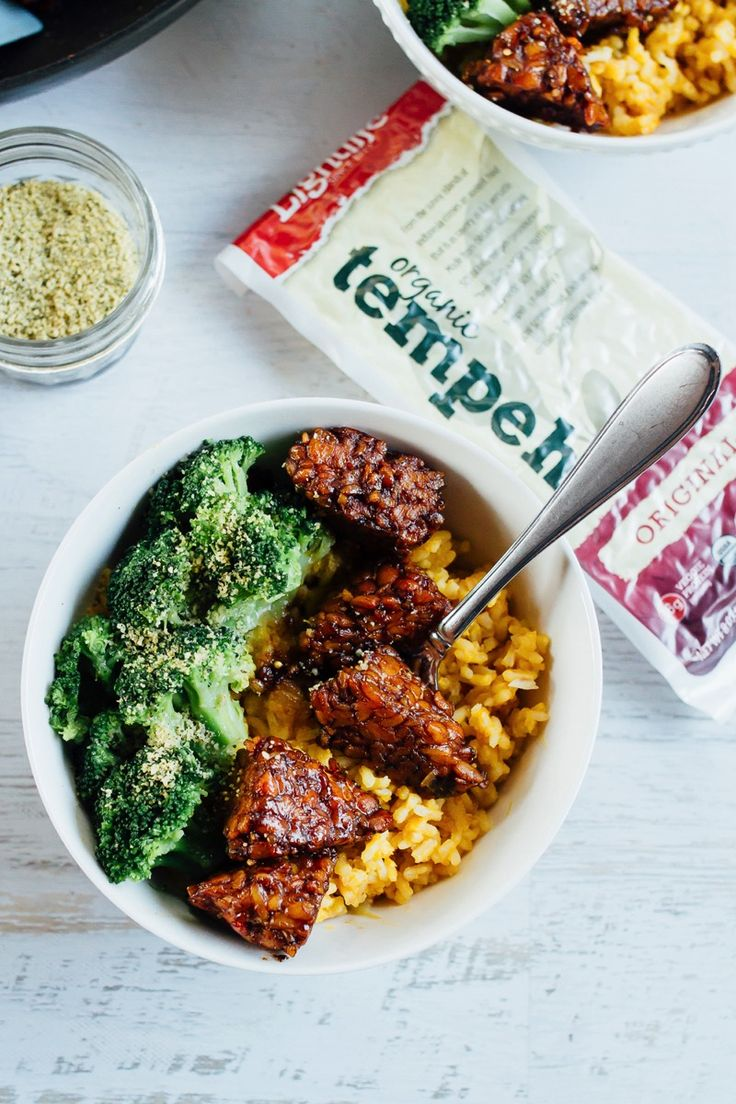 The BEST tempeh bowls --> Maple Balsamic Tempeh Bowls with creamy pumpkin rice and steamed broccoli