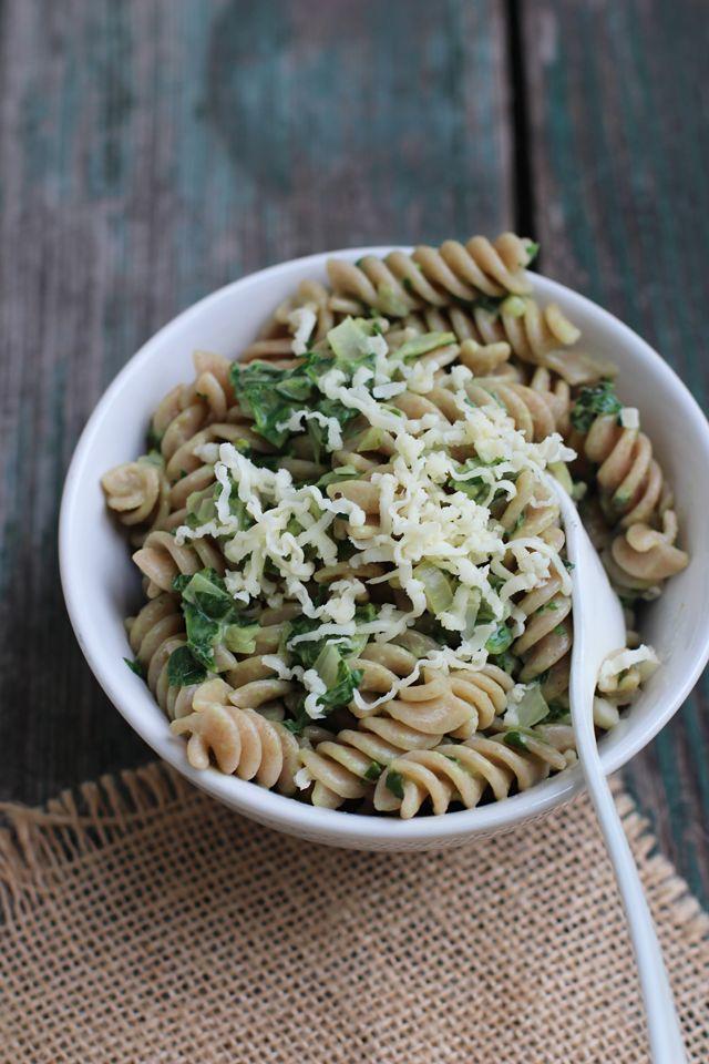 """Pasta mit """"leichter"""" Spinatcremesoße, geriebenem Käse, Mandelmilch statt Sahne und Mandelmilchrezept - Carrots for Claire"""