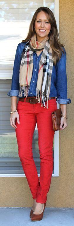 camisa vaquera + pantalón rojo + bufanda marrón a cuadros
