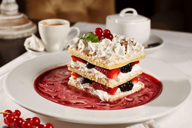 La millefoglie è un dolce tipico della cucina francese ma diventato famoso e consumatissimo anche in Italia grazie ai suoi irresistibili strati di pasta sfoglia alternati da crema chantilly ed amarene, rendendolo il dessert ideale per le nostre tavole