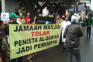"""Ahok Blusukan di Pasar Minggu Warga: Tolak Si Penista Al Quran Jadi Pemimpin  [portalpiyungan.com]Blusukan cagub DKI Jakarta Basuki Tjahaja Purnama (Ahok) di Jalan Gardu Lenteng Agung Jakarta Selatan diwarnai aksi unjuk rasa warga setempat. Mereka membawa sepanduk bertuliskan 'Jamaah Masjid Tolak Penista Alquran Jadi Pemimpin'.""""Warga Jagakarsa menolak dengan tegas. Penista agama dilarang menginjak kampung sini"""" ujar salah seorang orator dengan pengeras suara Senin 31 Oktober 2016.Pria yang…"""