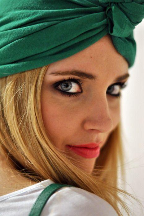green head scarf. : Lipsticks Colors, Hair Piece, Awesome Makeup, Dark Eye, Pink Lips, Turbans, Fashion Bloggers, Lips Colors, Green Eye