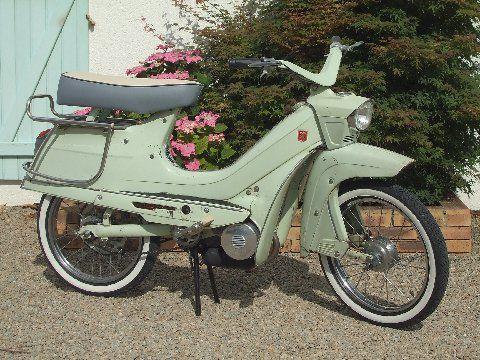 C'est en 1962 que Peugeot présente son fabuleux Cyclo scooter BB 104, son design futuriste lui permet de remporter le prix de l'Esthétique Industrielle. Il se caractérise par un cadre coque, la roue avant suspendue par une fourche à balancier à anneaux...
