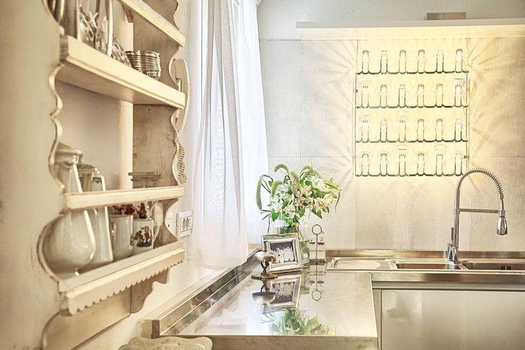 RISTRUTTURAZIONE: una casa da monte affacciata sul lago : Cucina in stile rustico di STUDIO PAOLA FAVRETTO SAGL - INTERIOR DESIGNER
