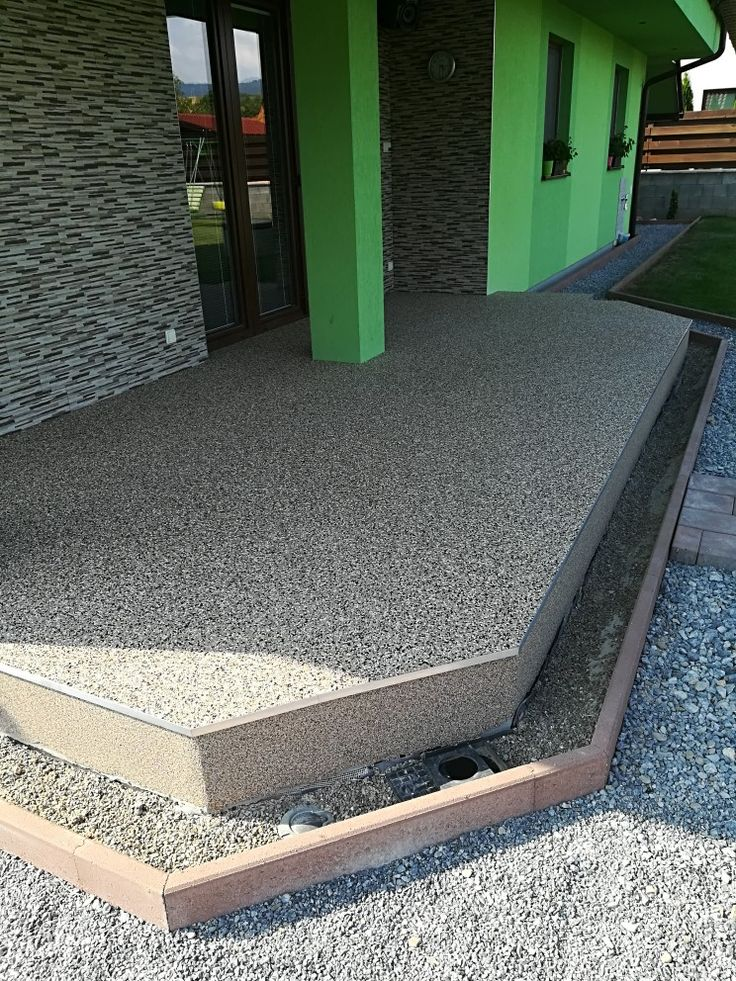 Terasa. Použitý materiál kamenný koberec M/CD3, ukončovací profil SC1 a protišmykové plnivo. Na zvislé plochy sa použilo kamenivo menšej frakcie.   #art4you #artpodlahy #kamennýkoberec