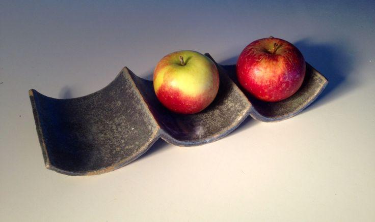 Fruktfat med enkel design och grönfläckig glasyr