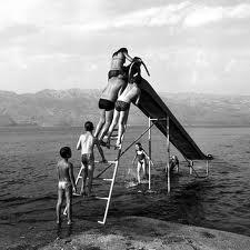 Niños jugando con un tobojan