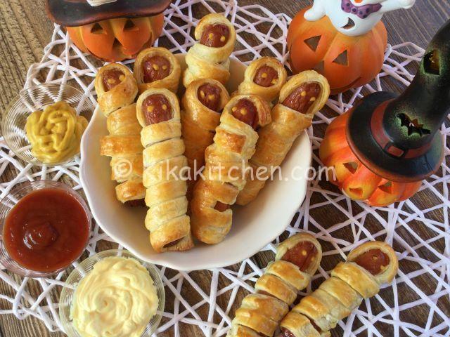 I wurstel mummia sono dei divertenti antipasti da servire in occasione della festa di halloween. Molto semplici e veloci da realizzare.