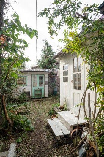 アトリエの階段は後から取り付けた。奥にある小屋は、木を購入してDIY。以前はソーイングカフェの一席としても使用していた。