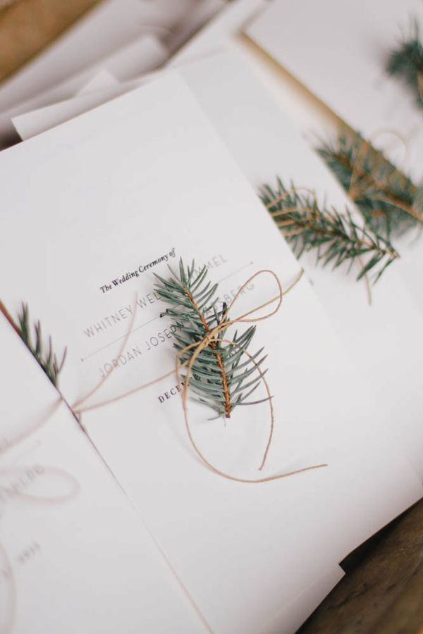 Minimalist Wedding Ceremony Programs: Instead of printing colorful details on your minimalist wedding ceremonies, why not add a little pop in the form of a flower or, in this case, branch? It will look good fresh or dried and will give a unique introduction to your wedding theme. | Essential Details for a Minimalist Wedding