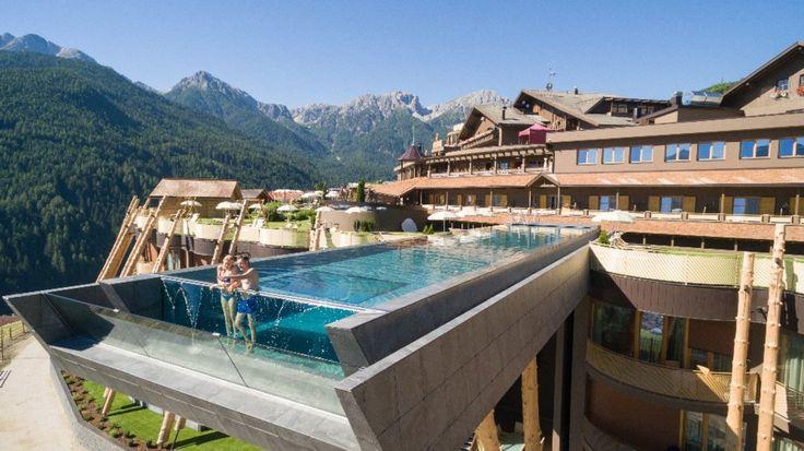 Südtiroler Ferienfeeling in neuen Dimensionen – 25m Sky Pool   Der Blick schweift über das Pustertal, die Perspektive verändert sich. Sorgen und Hektik sind weit weg. Nicht alles, aber vieles sieht von hier oben ganz anders aus. Umgeben von den majestätischen Dolomiten (UNESCO Weltnaturerbe) und den schroffen Alpen könnte man fast meinen, dass die Berge für einen Spalier stehen. Der Blick schweift über das Pustertal, die Perspektive verändert sich. Sorgen und Hektik sind weit weg. Nicht…