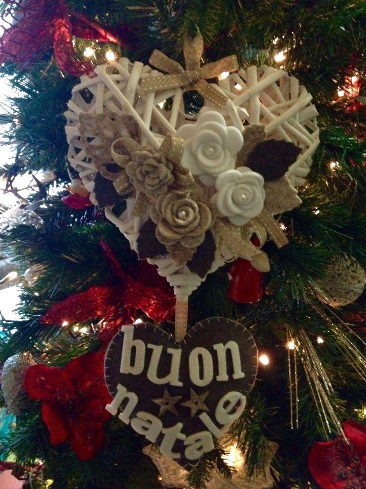 Fuoriporta natalizio cuore in feltro e cuore in rattan