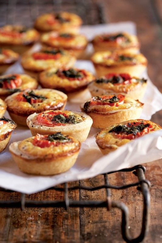 Small tarts with tomato, feta and basil - Foto's deur Micky Hoyle