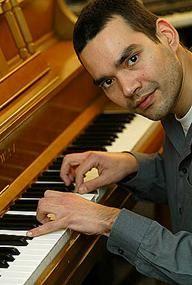 Lautaro Quevedo. Pianista popular http://www.emoderna.cl/component/content/article/34-ex-alumnos-destacados/201-laurato-quevedo-pianista-popular