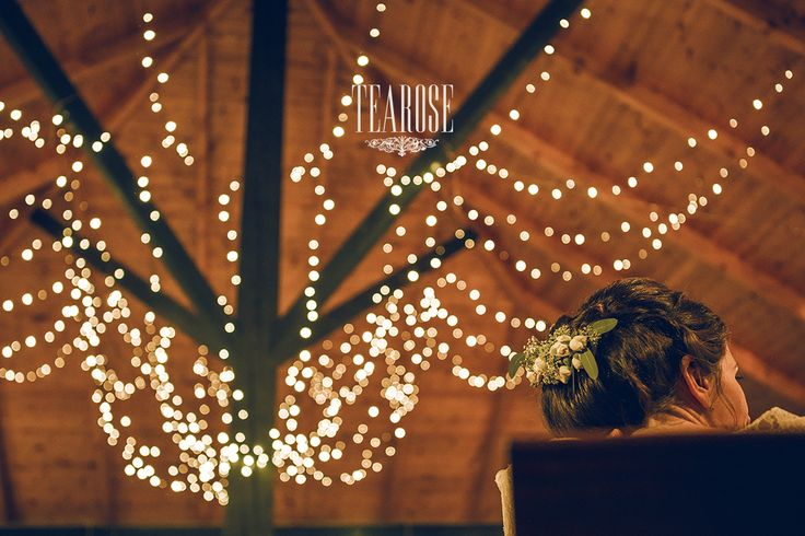 Elegáns erdei-mezei esküvői dekoráció fényfüzérrel
