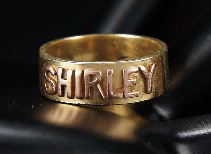 """Liefde, Shirley Temple, Take Two: Van Schoolmeisje naar Storybook: 74 Shirley Temple's 14 karaat gouden ring met opgeheven Van letters """"Shirley"""""""