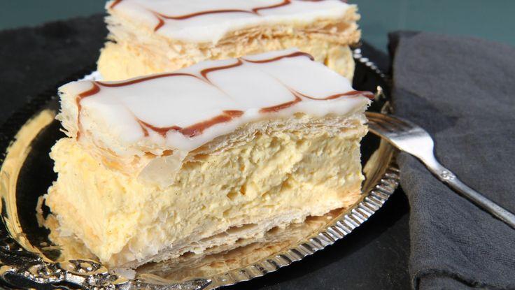 Butterdeig, vaniljekrem og melisglasur er oppskriften på napoleonskake. Litt smak av rom skal det også være. Grand Café på Karl Johan i Oslo var kjent for sin napoleonskake. Nå er kafeen historie, etter 141 år. Foto: Tone Rieber-Mohn / NRK