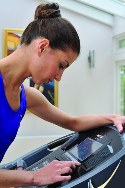 RE1-11920BK_Z9_Run_Treadmil Lifestyle 1